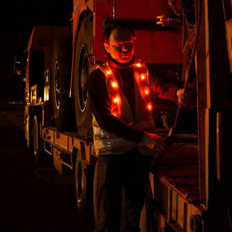 Gilet de sécurité LED Prolutech utilisé sur chantier de nuit.