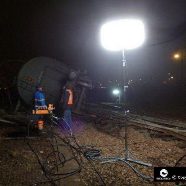 Eclairage relevage d'un wagon SNCF de nuit avec ballon éclairant SIROCCO 4x150 HI + perche télescopique 5 mètres par Prolutech