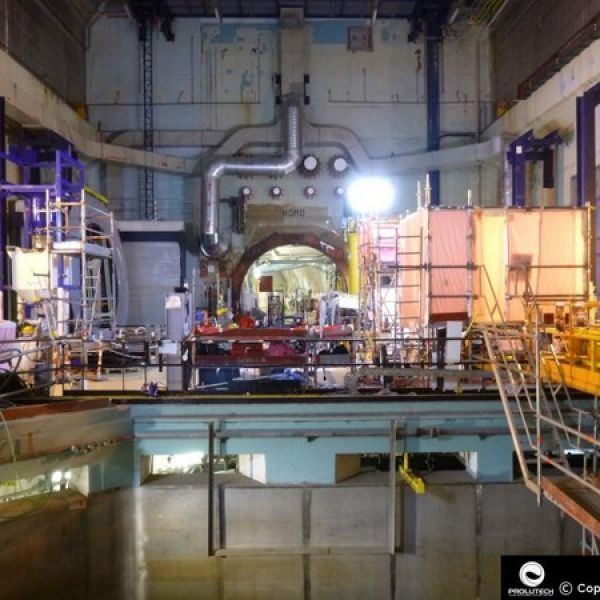 Ballon éclairant Sirocco 2M 6x100w LED Airstar pour éclairer une centrale nucléaire, proposé par Prolutech
